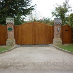 121 - A mansion house with feature entrance gates and two side gates